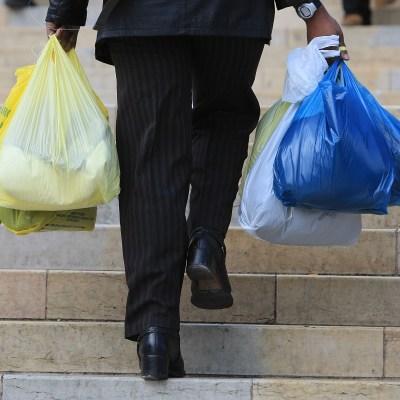 Chile prohíbe usar bolsas de plástico en comercios