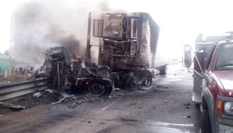 Se registra choque entre dos tráileres y un autobús en Puebla