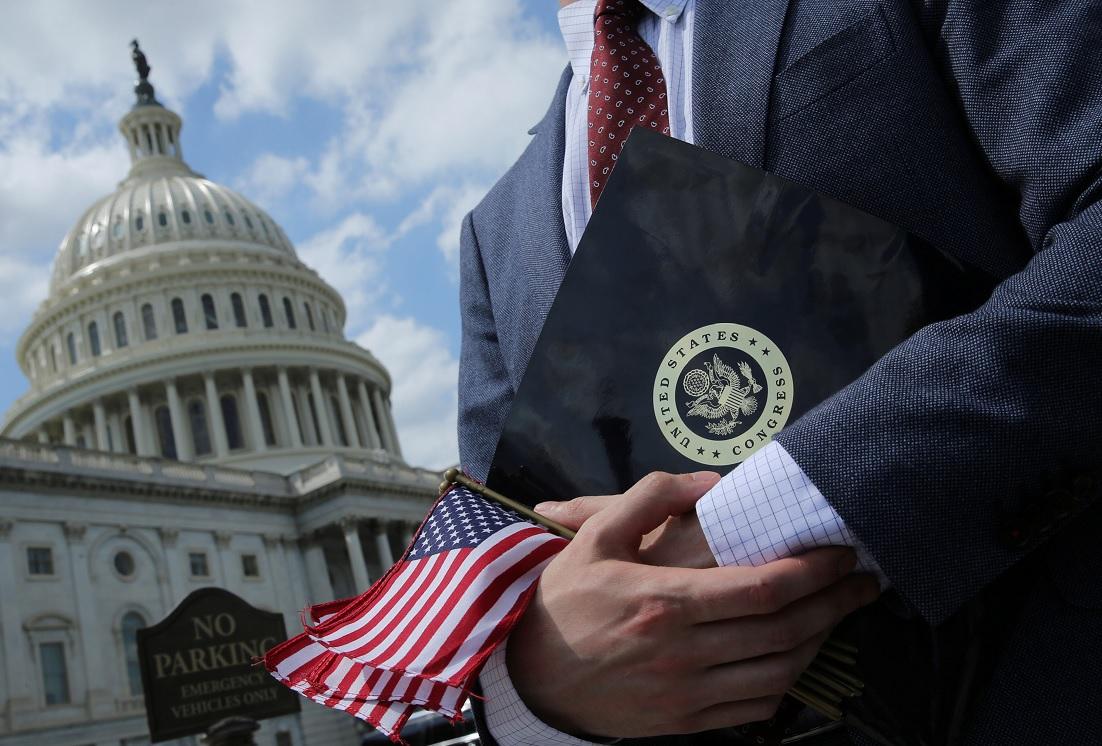 Trump promulga ley que relaja control financiero