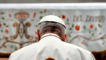 El papa inicia mayo con el rezo del rosario por la paz mundial