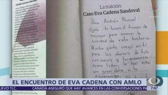 Eva Cadena Regala Libro López Obrador Durante Mitin Veracruz