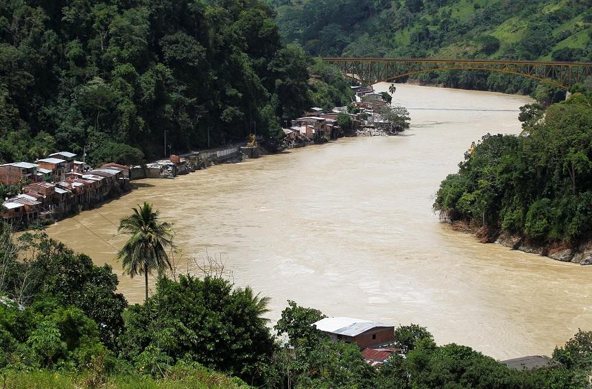 Evacúan tres municipios colombianos por inundaciones cerca de hidroeléctrica