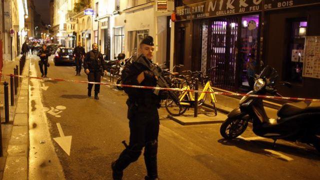 Un hombre agrede a varias personas con un cuchillo en París