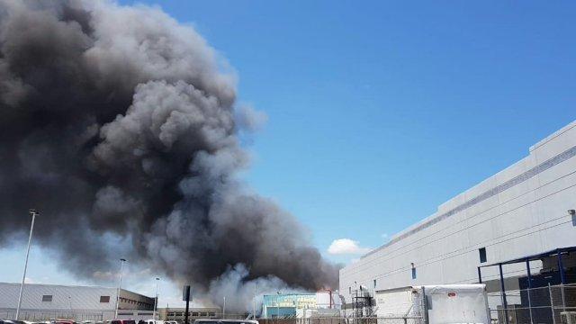 Incendio consume maquiladora de papel higiénico en Reynosa