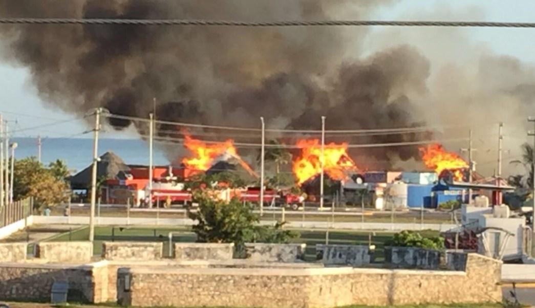 Se registra incendio en palapa del malecón de Campeche
