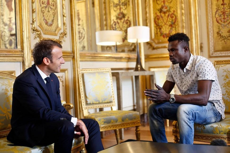 Macron concede nacionalidad francesa al 'Spiderman' que salvó niño