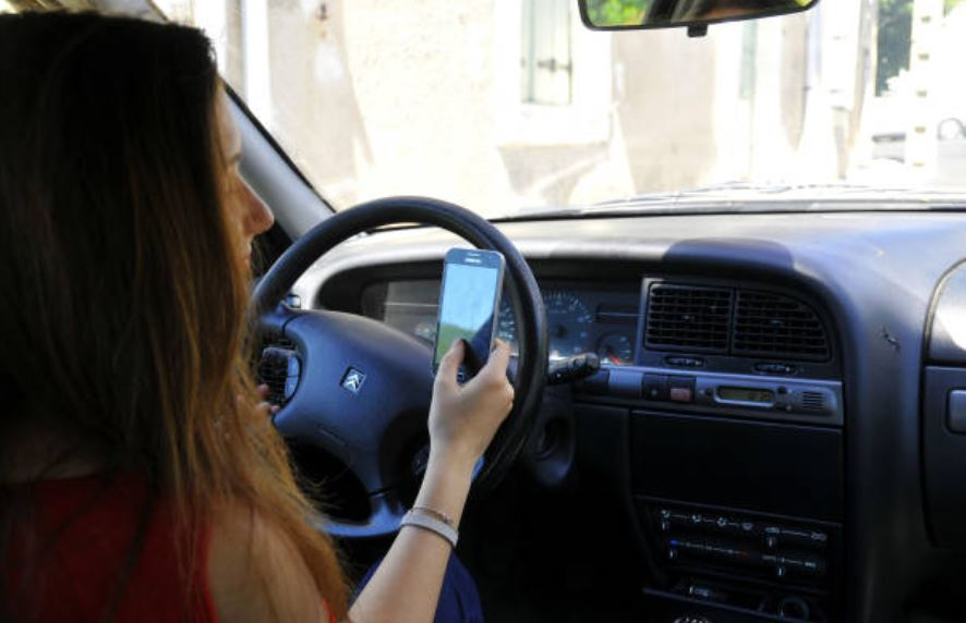 Mandar mensajes de texto, primera causa de accidentes viales en México