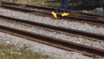 Peatones atraviesan vías del tren y ponen su vida en riesgo