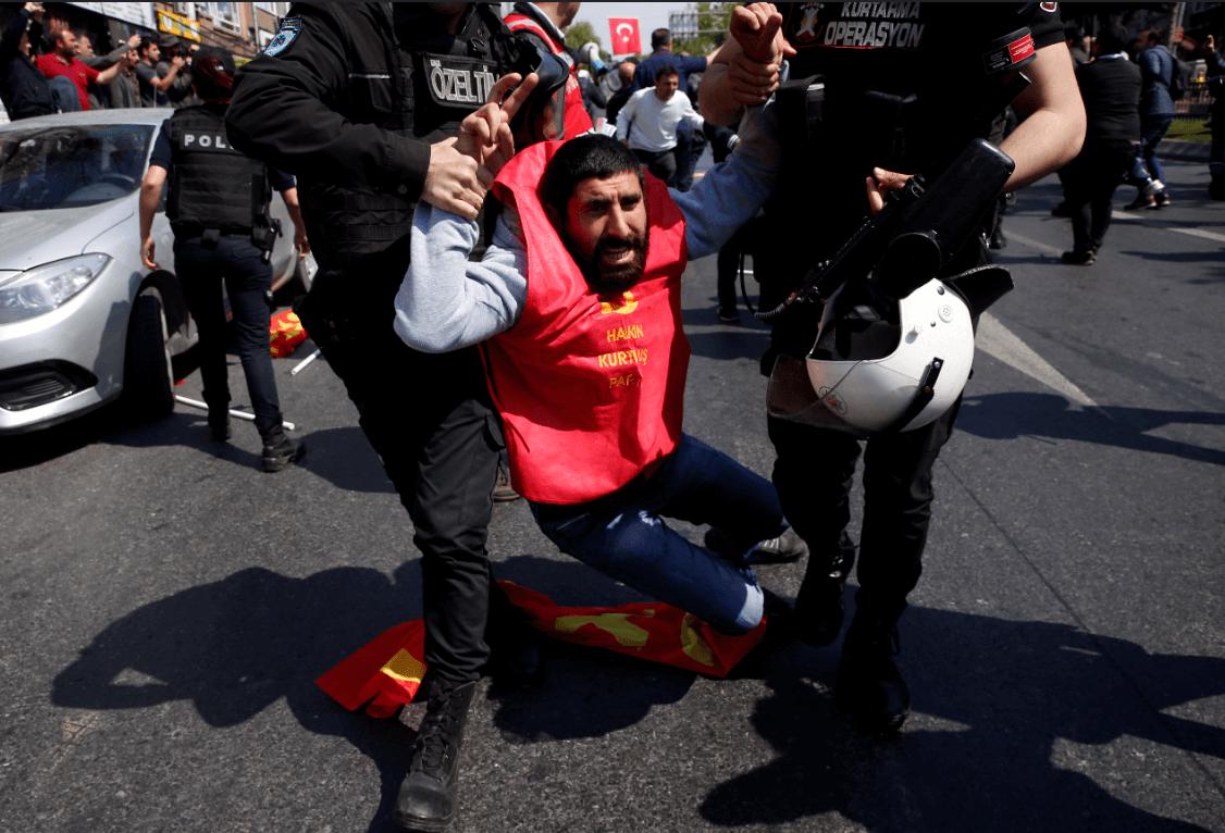 Policías arrestan a manifestantes en Turquía. (AP)