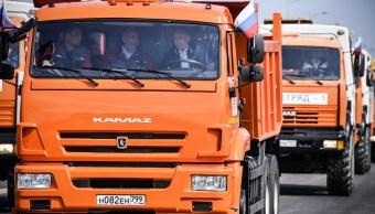 Putin maneja camión para inaugurar el puente entre Rusia y Crimea
