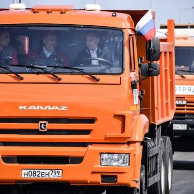 Putin maneja un camión para inaugurar el puente entre Rusia y Crimea
