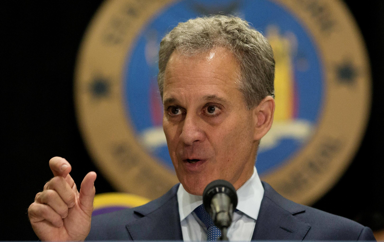 Fiscal de NY renuncia tras acusaciones de violencia contra mujeres
