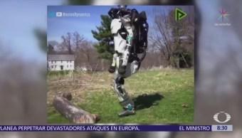 Robot hace ejercicio, corre y salta obstáculos