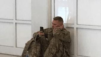 Soldado Rompe Llanto Esposa Da a luz Aeropuerto Texas
