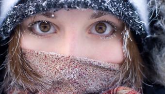 mujer-ojos-marron-pleno-invierno-escenario-nevado