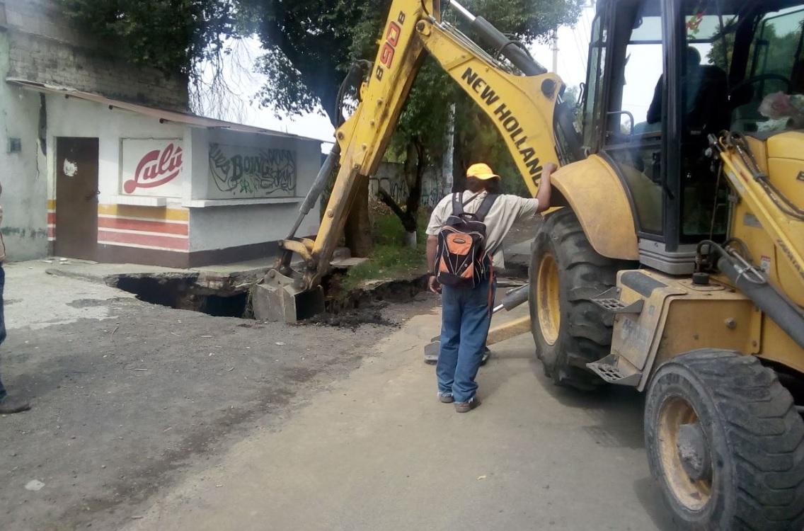 Se abre socavón de gran tamaño en Tláhuac