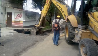 Se abre socavón por fuga de agua en Tláhuac