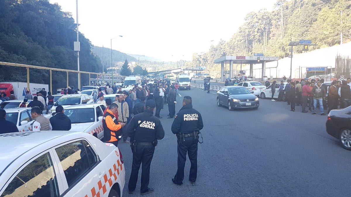 Transportistas causan caos vial en casetas de Pachuca y Toluca