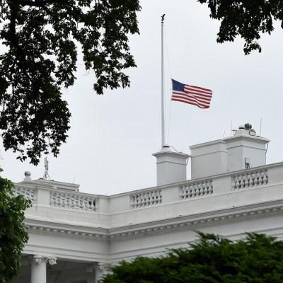 Trump ordena ondear banderas a media asta por tiroteos de Ohio y Texas