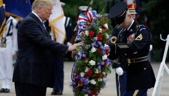 Trump rinde honor a soldados en el Día de los Caídos