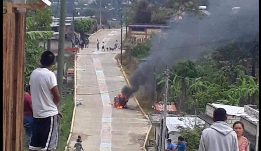 Se enfrentan mototaxistas en Chiapas incendian 10 unidades