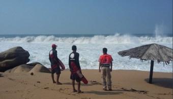 Intensifican vigilancia por mar de fondo en Acapulco