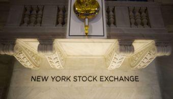 Wall Street baja; precio del petróleo más alto desde 2014