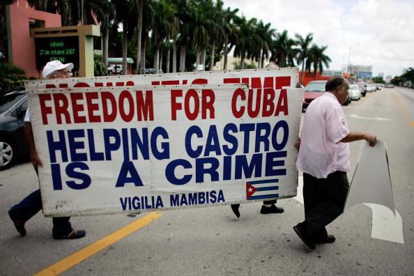 Exilio cubano recoge firmas en Miami para juzgar a Castro