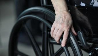 Hombre en silla de ruedas asalta tienda de conveniencia