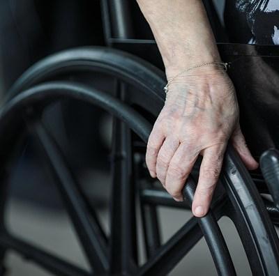 Hombre en silla de ruedas asalta tienda de conveniencia en la CDMX