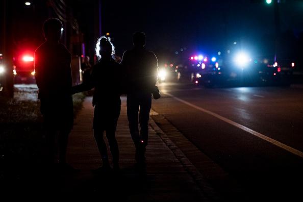 Encuentran a 55 personas al interior de un camión en Texas