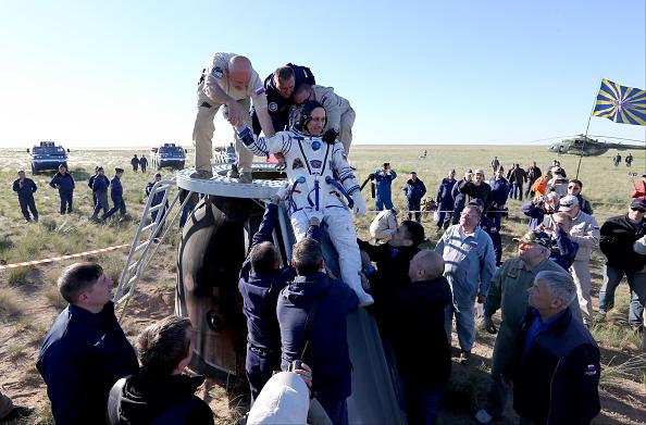Nave rusa Soyuz regresa a la Tierra con el balón del Mundial