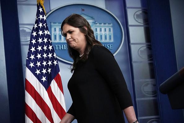 Expulsan a secretaria de prensa de la Casa Blanca de restaurante