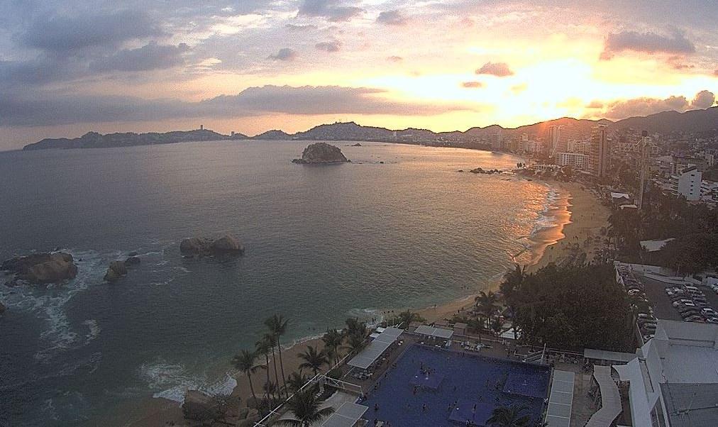 Lluvias aminoran el calor en Acapulco, Guerrero