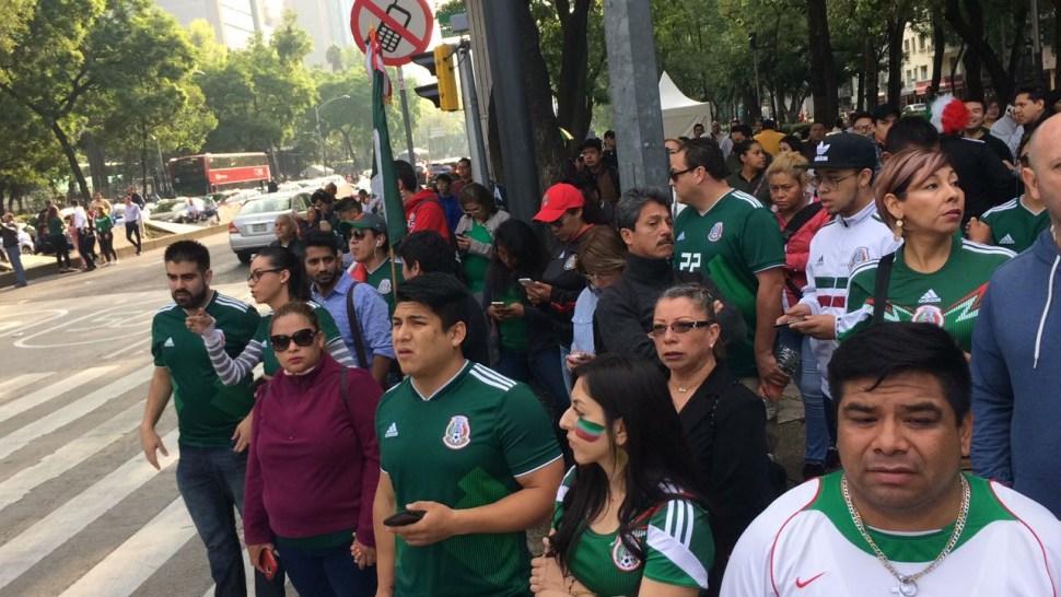 Aficionados llegan al Zócalo y el Ángel