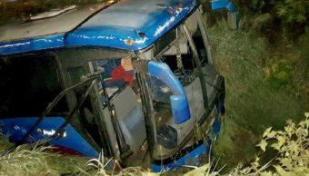 Autobús cae en canal de aguas pluviales en Jalisco