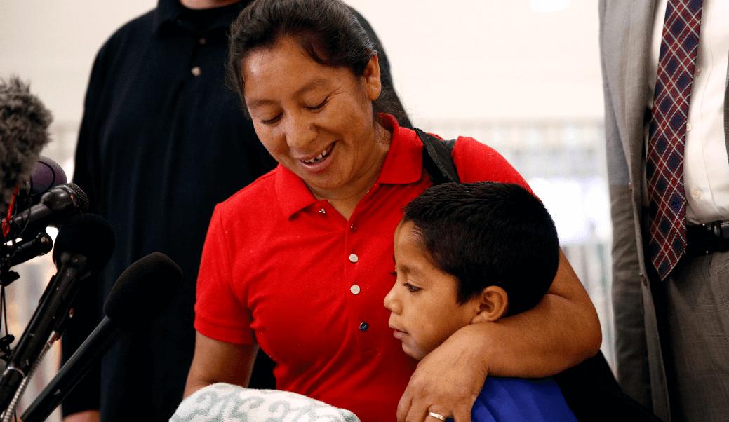 Madre se reúne con su hijo en EU