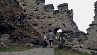Descubren inscripción milenaria en castillo del rey Arturo