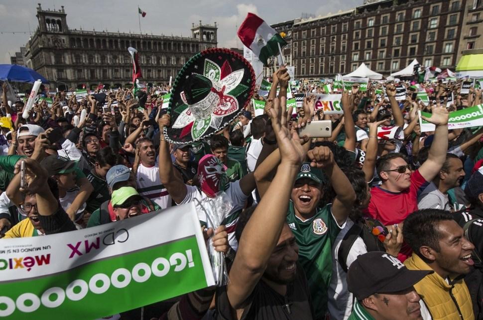 Las celebraciones por el triunfo de México se dieron en todo el país (Reuters)