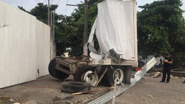 Tren impacta tráiler que intentó ganarle el paso Veracruz