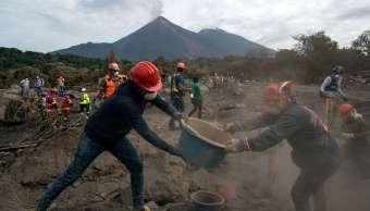 Familiares buscan a desaparecidos tras erupción del Volcán de Fuego