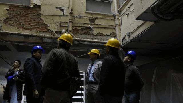 Autoridades demuelen edificio dañado en la Roma Norte