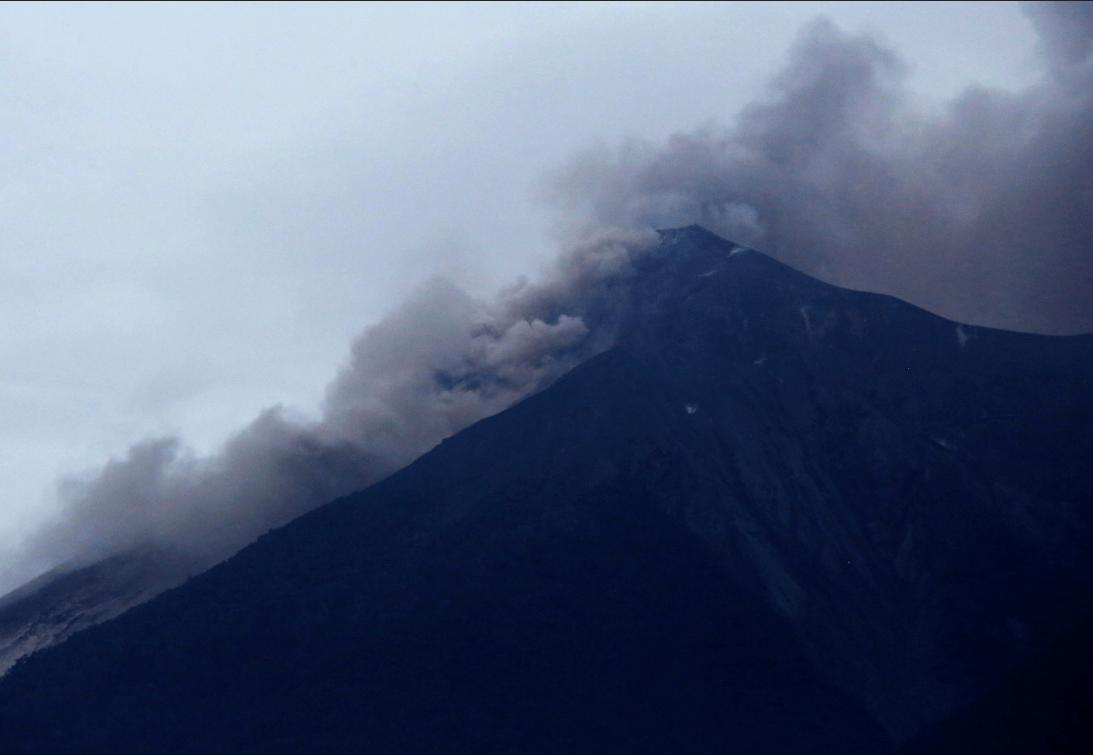 Volcán de Fuego lanza flujo piroclástico tras fuerte erupción