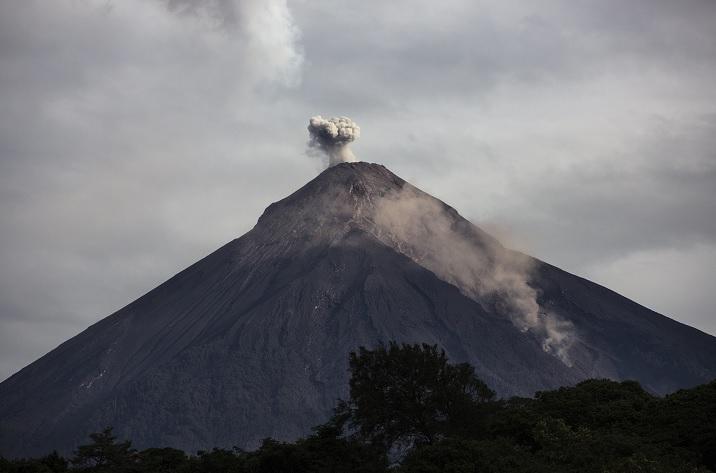 Exigen renuncia de Jimmy Morales por negligencia en volcán de Fuego
