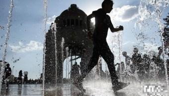 capitalinos se refrescan fuente monumento revolucion