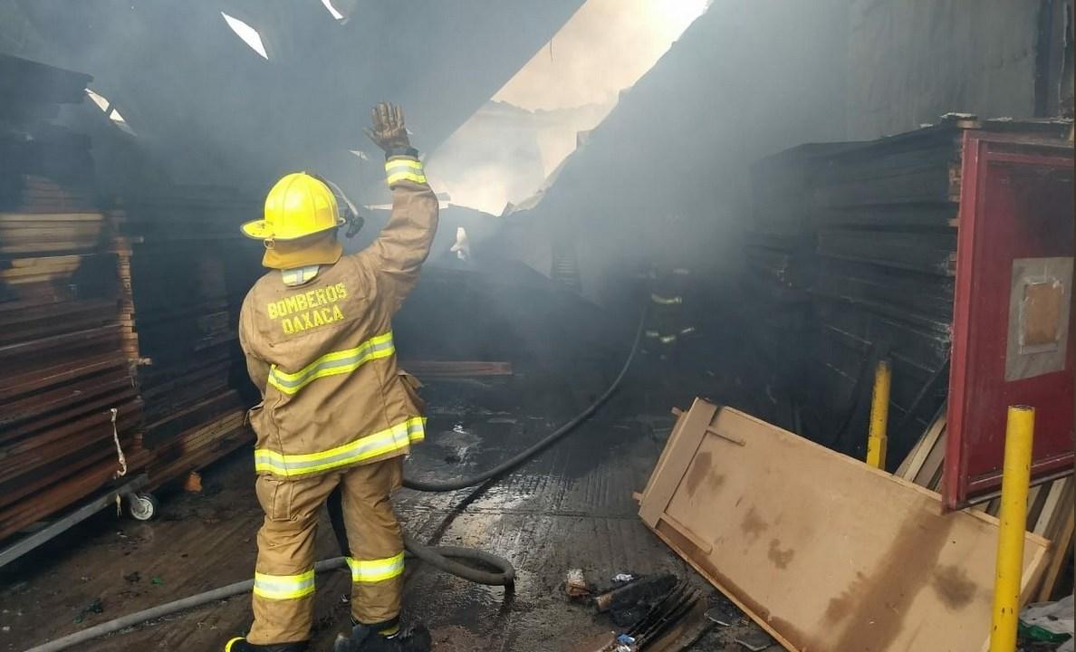Incendio consume fábrica de puertas de madera en Oaxaca
