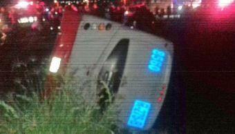 Mueren 7 personas al caer camión a canal de agua en Jalisco