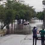 Lluvias por 'Carlotta' dejan vehículos varados en Chiapas