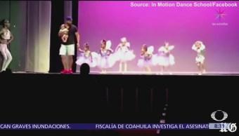 Papá se sube al escenario para ayudar a su hija con pánico escénico