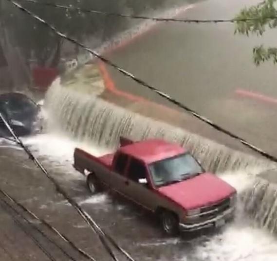 Desborda presa 'La Olla' por fuertes lluvias en Guanajuato